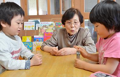 あいじ福祉会 理事長 岩井恵澄さんと子どもたち