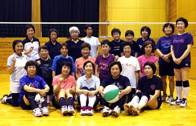 富山県朝日町のビーチボール団体「大家庄スマイル」の皆さん