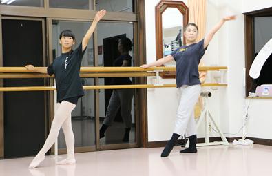 ニシムラヤスコダンスファクトリーで子どもたちにバレエのレッスンを行う西村保子さん