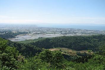 松倉城址から魚津を望む