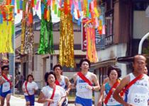 七夕飾りの下を駆け抜けるマラソン大会