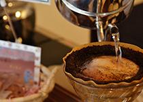 カフェ・ボンフィーノの煎りたてのコーヒー