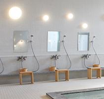 「湯めどころ宇奈月」の浴室。月明かりをイメージするライトが浴槽を照らす
