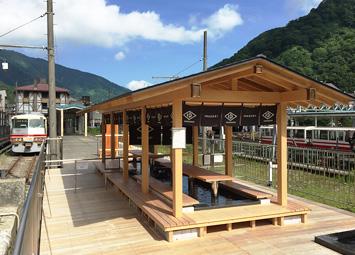 「宇奈月温泉 駅の足湯 くろなぎ」ホームにはアルペンエキスプレス
