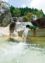 勢いよく源泉が注ぎ出す露天風呂の湯口