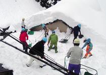 冬の間、深い雪に覆われる黒薙温泉旅館