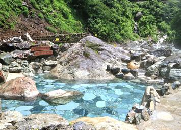 黒薙温泉の大きな岩風呂「源泉(いずみ)」